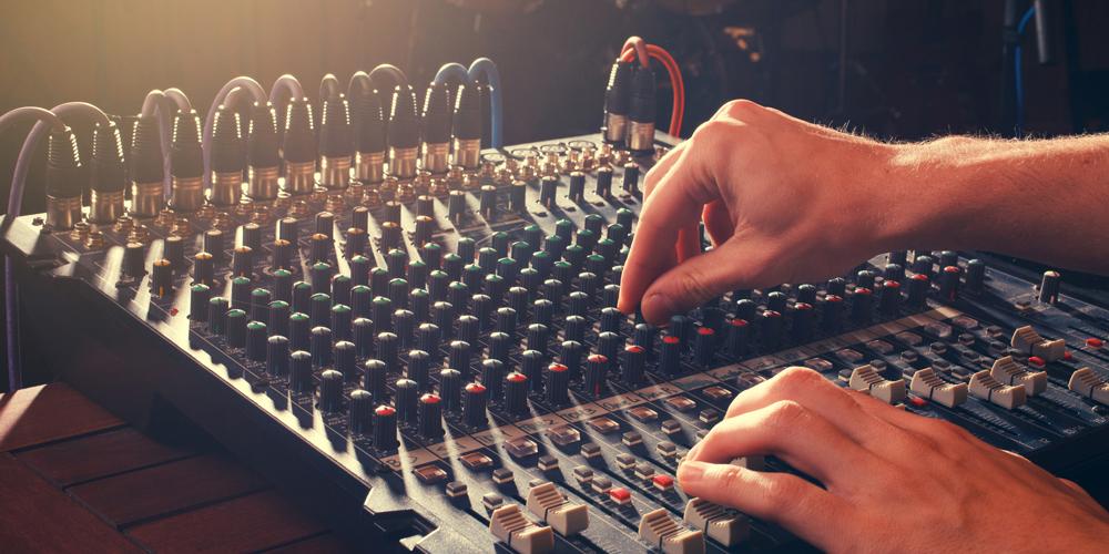アニメ業界で活躍する「音響監督」の仕事内容や道のりとは?